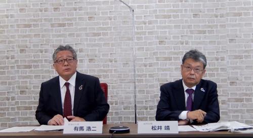 2020年度の決算を発表するデンソー有馬浩二社長(左)