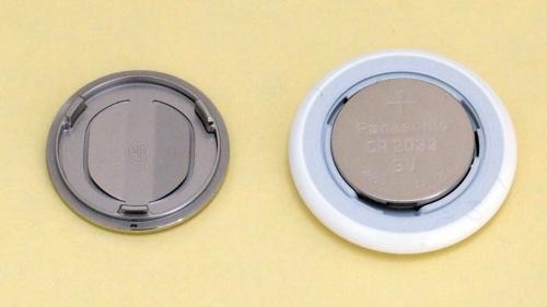 金属部分を外したところ 電池にパナソニックの刻印があった。(撮影:日経クロステック)
