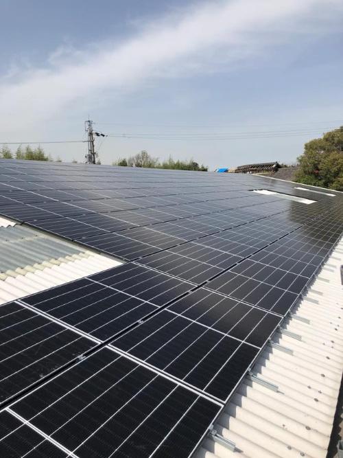 牛舎の屋根に設置した太陽光発電パネル
