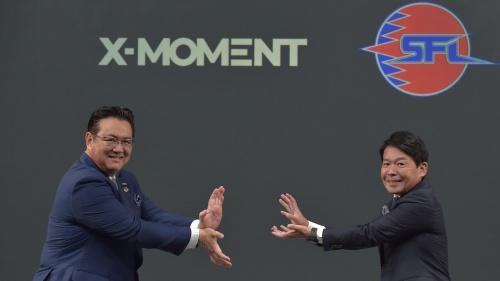 NTTドコモの井伊基之社長(左)とカプコンの辻本春弘社長COO(最高執行責任者)