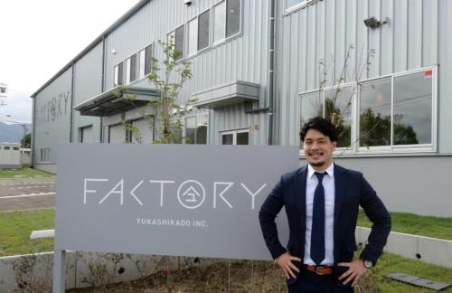 新工場の前で撮影に応じるユカシカドの美濃部慎也代表取締役兼CEO