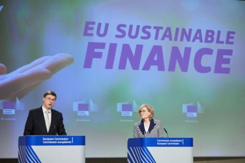 図1 欧州委員会副委員長のValdis Dombrovskis(ヴァルディス・ドンブロウスキス)氏(左)と欧州委員のMairead McGuinness(マリード・マクギネス)氏(右)