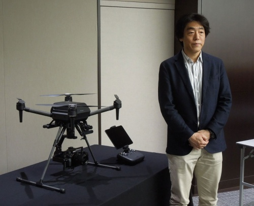 ソニーグループが発売した空撮ドローン「Airpeak S1」と、開発を統括した同社執行役員AIロボティクスビジネス担当の川西泉氏