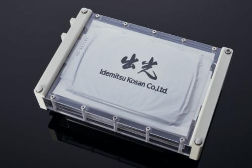 出光興産は21年夏に小型量産設備を用いた固体電解質の製造を始める。写真は全固体電池に組み上げた場合の試作品。(出所:出光興産)
