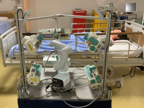 専用の架台にロボットとシリンジポンプを設置した