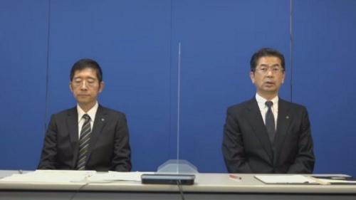 2021年6月29日の会見で陳謝する小林充佳社長(右)と猪俣貴志執行役員デジタル改革推進本部長