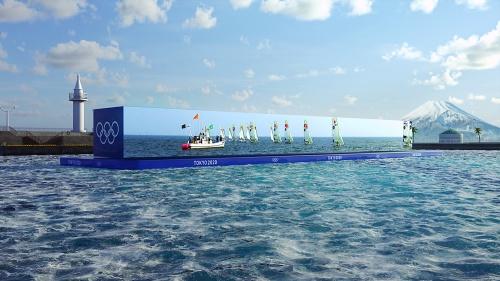 セーリング競技における5Gプロジェクト。洋上に浮かべるワイドビジョンのイメージ。NTTは、「競技コース間近に停泊したクルーズ船の特等席から観戦しているかのような体験」と説明している(資料:Tokyo 2020、画像作成協力:NTT)