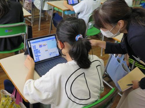後半の2時限でScratchのプログラミングに取り組む児童たち