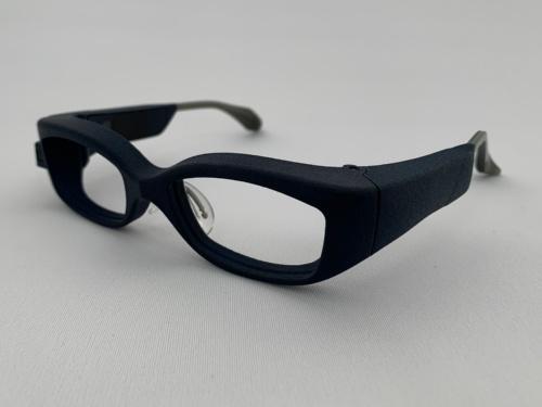 開発中のメガネ型医療機器。フレームの内側からバイオレット光を照射する