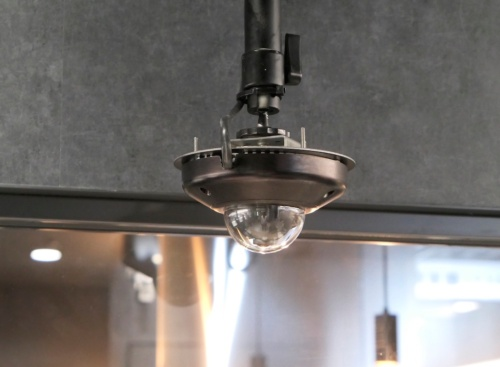 店内にはAIカメラや人感センサーなどを張り巡らせている