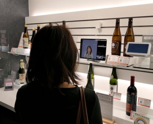 出店者に貸し出す商品の展示スペース。ビデオ会議で生産者やソムリエらの説明や助言が得られる