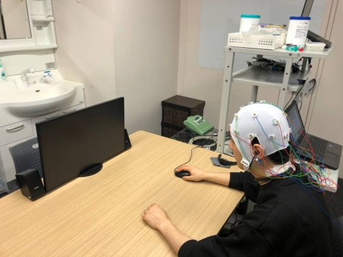 イヤホン型脳波計と頭皮上脳波計の相関を調べている様子