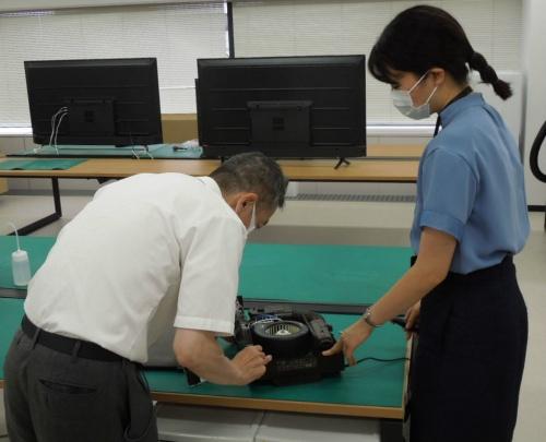 ベテラン技術者の知見を生かす。東京R&Dセンターでも、若手のエンジニアが開発についてベテランに相談するシーンが見られた