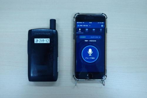 従来利用していたMCA無線機(左)とBuddycomをインストールしたスマートフォン(右)。2台持つ必要はなくなった