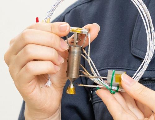 人工衛星用の小型スラスター