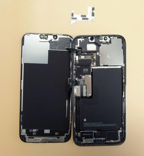 金属板を外すと、コネクターの接続部が多数あった