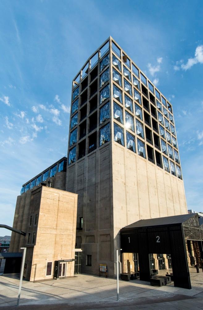 枕型のガラス・ファサードが挿入された建物外観。窓は全5サイズあり、最大約5m角。遠方からも見えるよう、灯台を意識してデザインした(写真:© Arup)