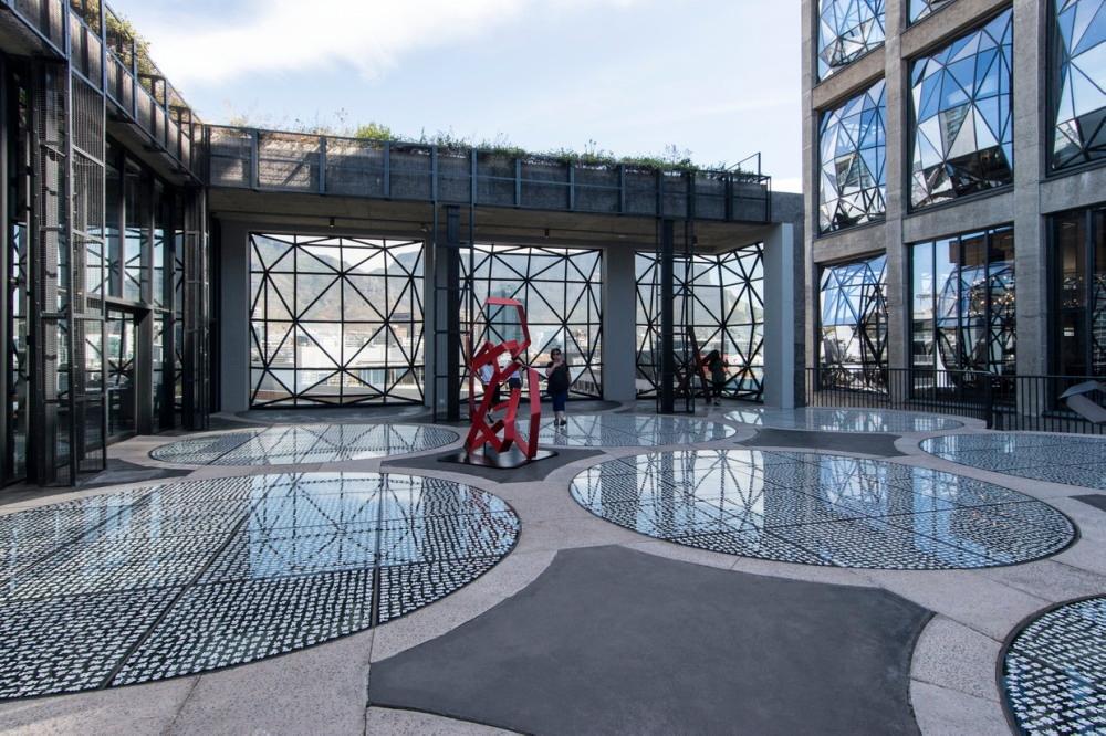 彫刻庭園となっている屋上テラス。アトリウム上部の歩行可能なスカイライトには、滑り止めも兼ねて、この美術館のための特注アートワークが施されている(写真:© Arup)