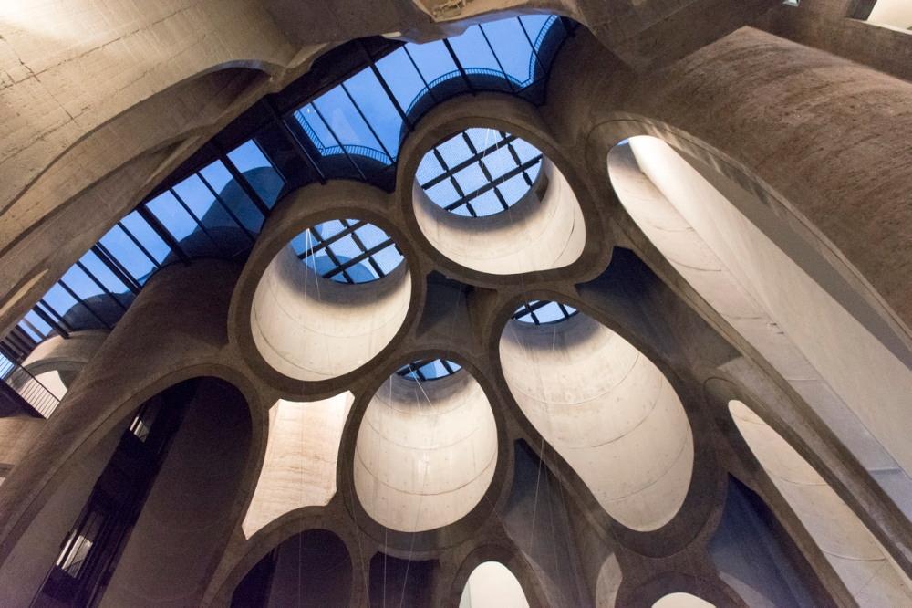 訪問者の第一印象を決定づけるアトリウム空間では、日没後も建築の特徴となる円筒を魅せるように電気照明をデザインした(写真:© Arup)