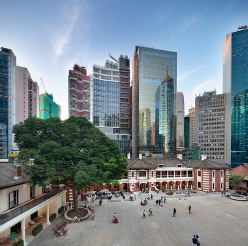 大館(Tai Kwun)の外観。 コートヤード部分の広さと、周囲の高層ビルが対照的だ(写真:© Arup)