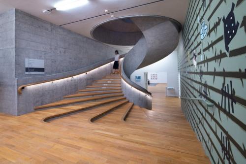 「JCコンテンポラリー」内の階段。2層のギャラリー空間をつないでいる(写真:©Arup)