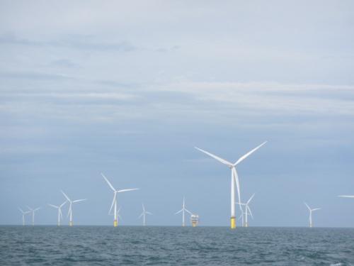 幻想的にも見える洋上風力発電ファームの景観。タービンの回転軌跡は直径100m以上にもなる。中央付近に小さく変電所が見える(写真:©Arup)