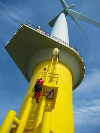 モノパイル(一本柱)式の風車のメンテナンスに向かう様子(写真:©Arup)