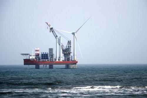 英国、ノーフォークの洋上風力発電所、施工中。タービンの発電能力は10MWに及ぶが、建設コストがかかり、それがリスクとなっている (写真:  ©Shutterstock/Arup)