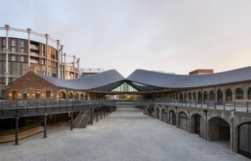 """生まれ変わった建物正面。2棟をまたぐ屋根は、頂点で""""キス""""するように繊細につながれている(写真:© Hufton+Crow)"""