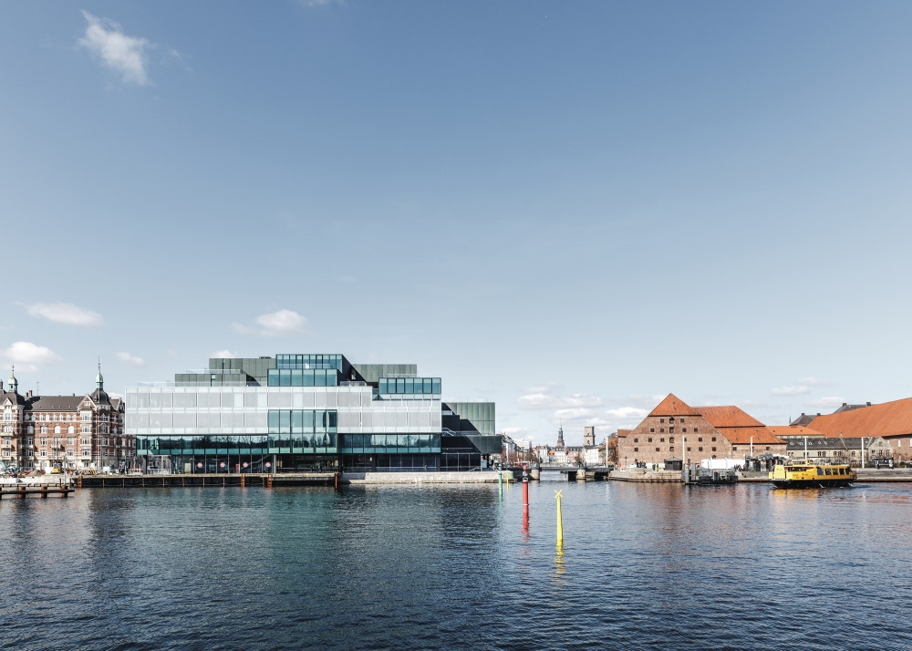 入り江側から見たBLOX。水辺ギリギリのところまで建物が立っていることが分かる(写真:©Rasmus Hjortshoj)
