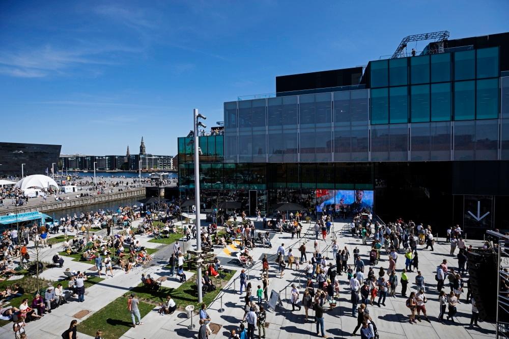 水辺に広がる外部空間は、市民の憩いの場となり、イベントスペースとしても活用される(写真:© Soren Svendsen)