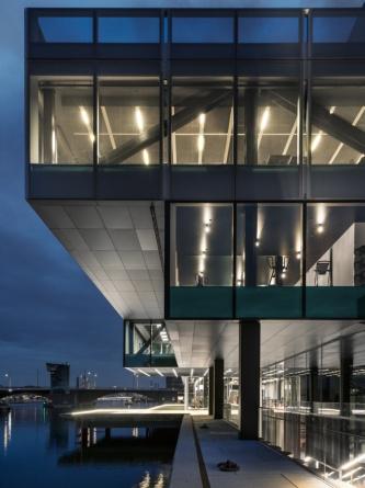 BLOX近景。内部の照明によって、構造体が浮かび上がるよう。水辺際に立っていることがよく分かる(写真:© BLOX-Delfino-Sisto-Legnani-and-Marco-Cappelletti-OMA)