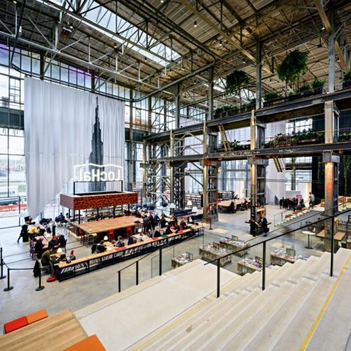LocHal内部。ネオンサインが掲げられているのがカフェエリアだ。建物のそばを通過する電車からの見え方も意識した(写真:© Arjen Veldt Fotografie)