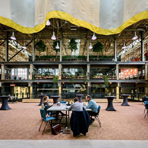 LocHal内部。内部の様々な場所で本が読め、コミュニケーションのスペースがある(写真:© Arjen Veldt Fotografie)