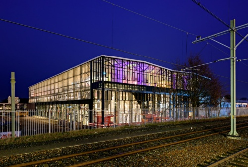 LocHal外観。線路のすぐ脇に立ち、かつて修理デポだったことが容易に想像できる(写真:© Arjen Veldt Fotografie)