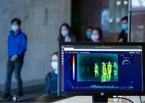 アラップが開発した情報プラットフォーム「Neuron(ニューロン)」の導入例。新型コロナウイルスの感染対策のため、自動スクリーニング機能システムを最近追加した。建物入り口に設置したサーモカメラと、画像認識を組み合わせて体温の高い人を検出する(写真:Arup)