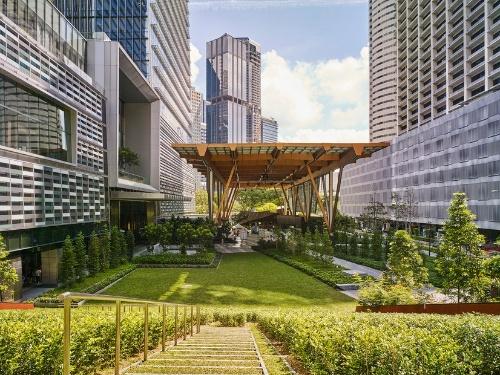 高層ビルの密集したエリアに、広い緑地空間を設けたグオコタワー。周辺に立つビルの近接度合いと、イベントができそうな都市公園の様子がよく分かる(写真:Ying Yi Photography)