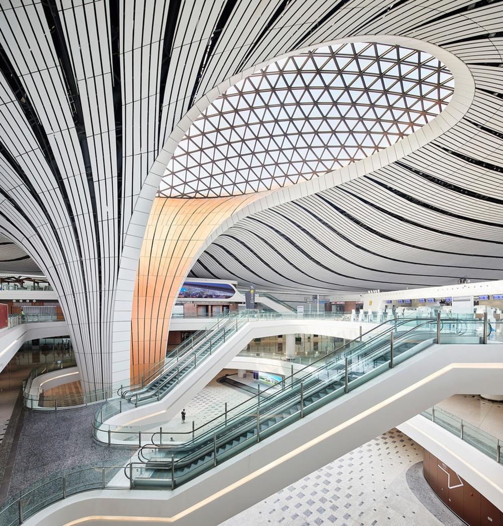 「北京大興国際空港」の内部。意匠設計は故ザハ・ハディド氏。アラップは火災安全設計、乗客と物流のシミュレーション、構造のピアレビューを行った(写真:Hufton+Crow)