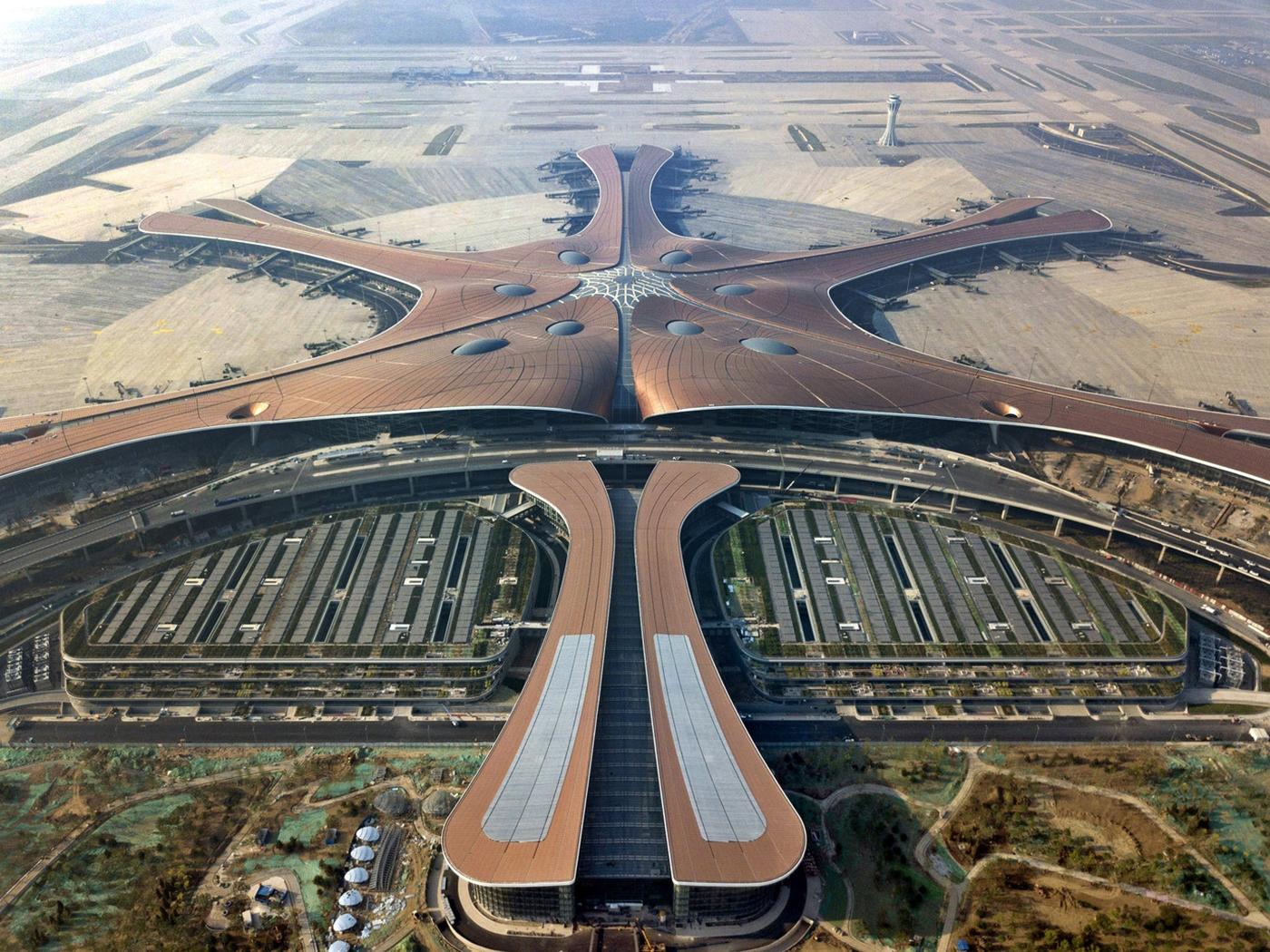 ヒトデ形とも、不死鳥形とも呼ばれる北京大興国際空港ターミナルを上空から見下ろす。北京中心部から南に約46km離れた場所に位置する(写真:Xinhua News Agency)