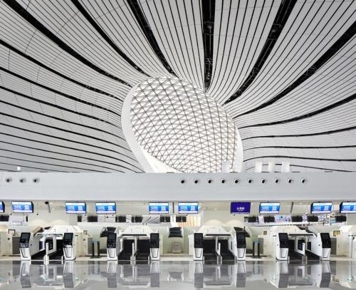 北京大興国際空港の内部。チェックインカウンターの様子(写真:Hufton+Crow)