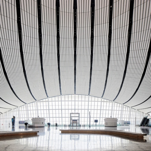 北京大興国際空港は、国内線と国際線がフロアで分かれているため、垂直移動が煩雑になる。そこで、シミュレーションによって、エレベーターやエスカレーターなどの位置とサイズを決定した(写真:Hufton+Crow)