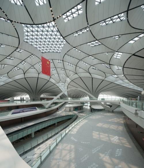 空港ターミナルの地下には、約8万m<sup>2</sup>の交通ハブがある。この交通ハブには、3つの駅が入る(写真:Zhou Ruogu Architecture Photography)
