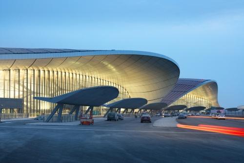 空港のカーブサイド。波打つような屋根が特徴的だ(写真:Zhou Ruogu Architecture Photography)