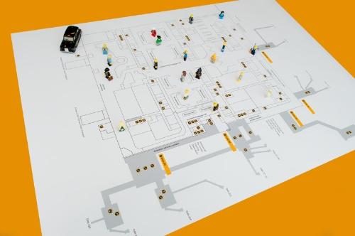 空港内のマップとレゴのミニフィギュアを利用することで、人や物の動線を容易にイメージできる(写真:Arup)