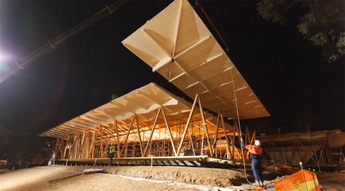 ユニット化した屋根の施工写真。外部に露出するV字柱には、タスマニア産の広葉樹ビクトリアンアッシュを採用した。(写真:Strong build)