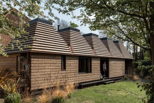コルクハウスは建築設計者のMatthew Barnett Howland(マシュー・バーネット・ハウランド)氏とDido Milne(ディド・ミルン)氏の自邸の庭に建設した(写真: Ricky Jones)