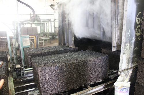 コルクチップを細かく砕いたものを400度まで加熱して圧縮し、コルクブロックを形成する。接着剤やつなぎを不要とし、100%自然の材料で加工している。こうして加工したブロックには、素地だけでも断熱性や耐候性がある(写真:Andrew Laurence)