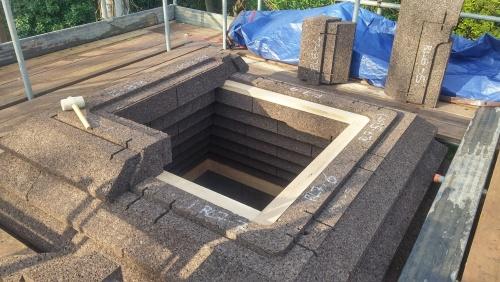 モックアップの屋根を組み立てる様子。レゴブロックのように積み上げていく。コルクブロックの重さは1個当たり16kg以下(写真:Gavin Maloney)