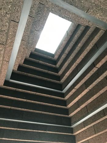 屋根裏を下から見上げると、トップライトから光が優しく降り注ぐ(写真:Alex de Rijke)