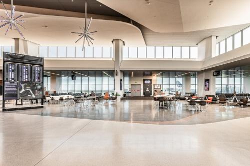 米国にあるサンフランシスコ国際空港(SFO)のハーベイ・ミルク第1ターミナル。アラップは、2015年末に設計チームの一員として選定された(写真:Austin Webcor)